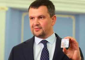 Акимов показал будущий пластиковый паспорт россиянина