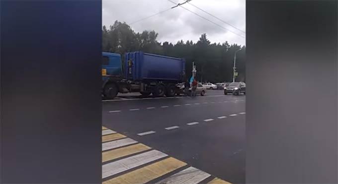 Машина с десантниками, празднующими день ВДВ, на полном ходу врезалась в грузовик