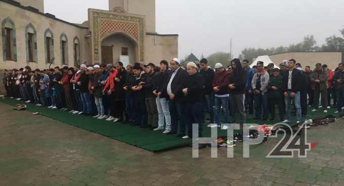Тысячи жителей Нижнекамска пришли в мечети отметить Курбан-байрам