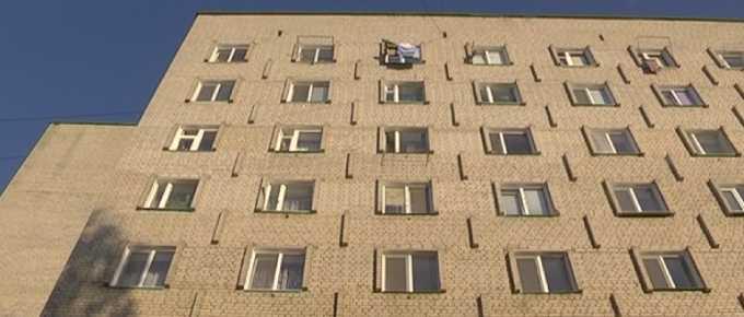 Родной отец выбросил из окна грудную дочь