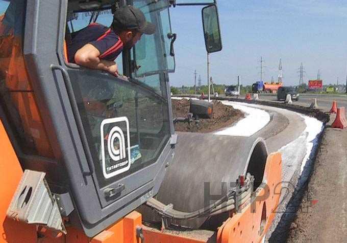 Дорожники приступили к выравниванию отфрезерованной части разбитой дороги под Нижнекамском