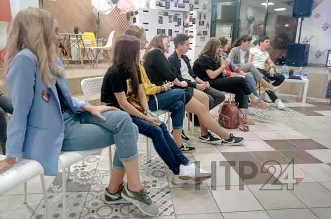 В Нижнекамске молодежные активисты рассуждали, почему девушки и парни боятся связывать себя узами
