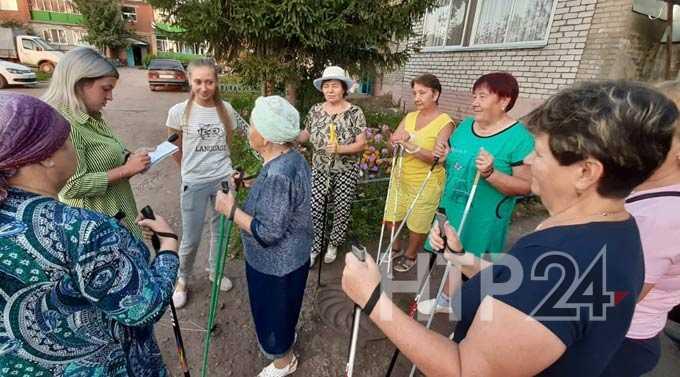 Жители поселка Строителей в Нижнекамске совмещают скандинавскую ходьбу с песнями