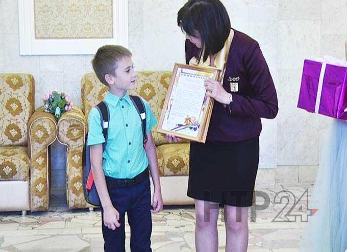 В ЗАГС Нижнекамска вручили школьные принадлежности детям
