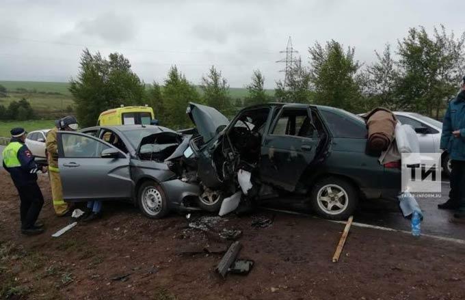 В серьезном ДТП под Челнами 1 человек погиб и еще несколько пострадали