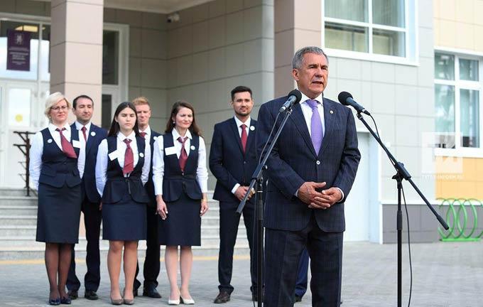 Рустам Минниханов рассказал Дмитрию Медведеву о новой школе Татарстана, где учатся 11 первых классов
