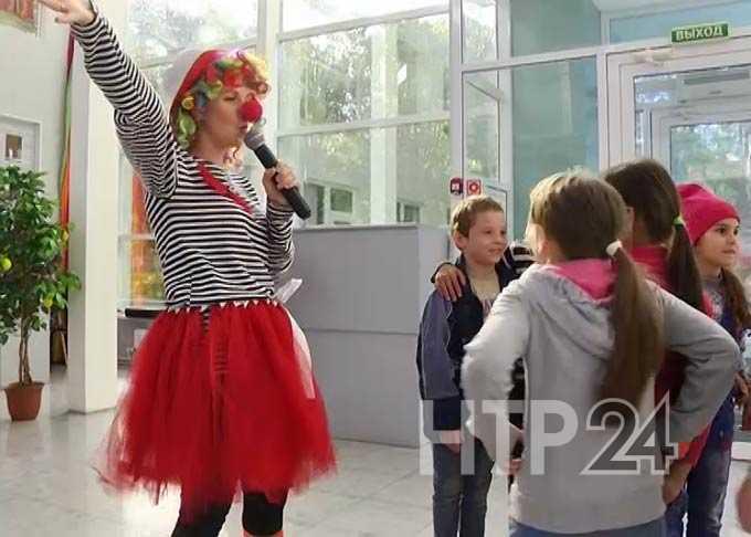 В Нижнекамске школьникам вручили наборы канцтоваров к учебному году