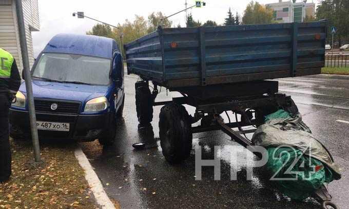 В Нижнекамске отцепившаяся от трактора телега врезалась в машину