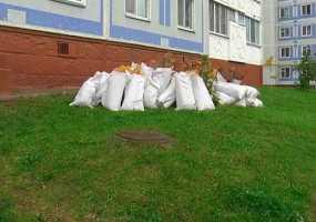В Нижнекамске рабочие бросали на провода мусор с крыши дома