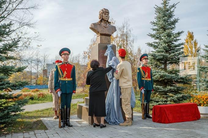 «Потомкам есть чему поучиться у Алексея Козина»: в Казани установили бюст Героя России
