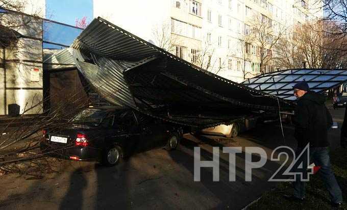 В Нижнекамске сорванная ураганом крыша магазина упала на машины