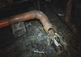 В Нижнекамске жители дома жалуются на зловонный запах и сырость в подвале