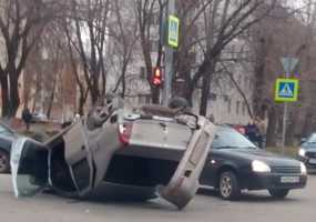 В Нижнекамске на ул.Юности перевернулась иномарка