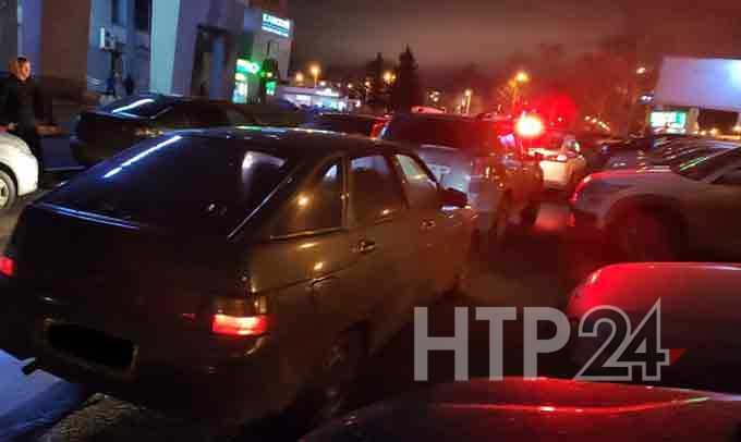 В Нижнекамске подросток попал в больницу, попытавшись проскочить между двумя машинами
