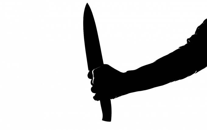 Мать и дочь решили выяснить отношения друг с другом на ножах