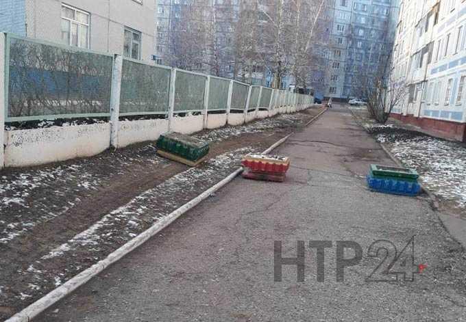 После жалобы журналистам перекрыли проезд по газону около детсада