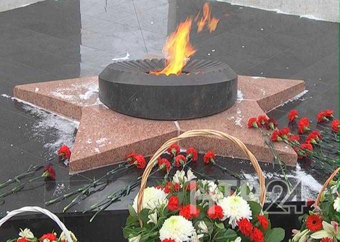 В Нижнекамске в День Неизвестного солдата вновь загорелся Вечный огонь
