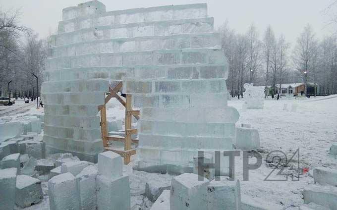В ёлочные городки Нижнекамска завезли лёд для фигур