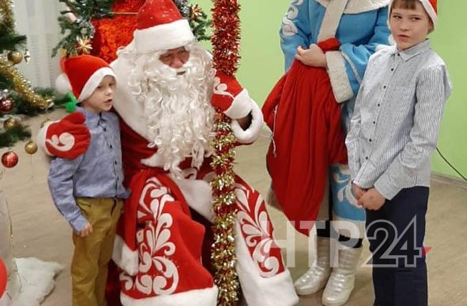 Дед Мороз НТР начал вручать маленьким нижнекамцам подарки, собранные горожанами