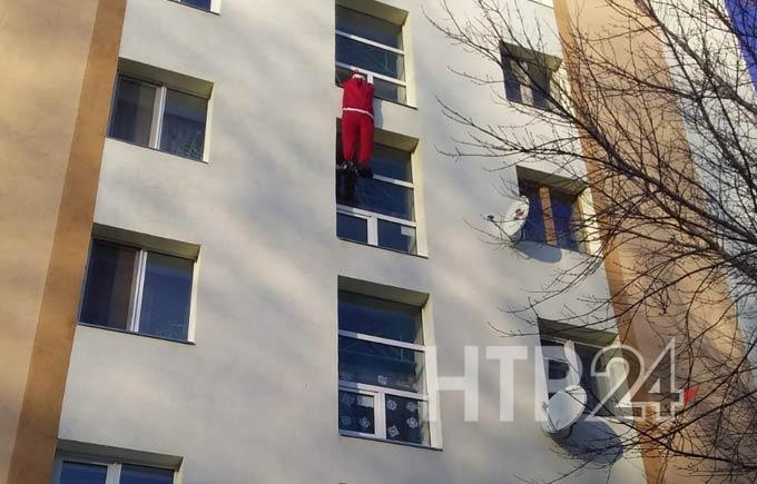 В Нижнекамске жильцы одного из домов увидели взбирающегося по фасаду Деда Мороза