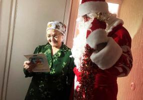 Дед Мороз НТР поздравил одиноких пенсионеров