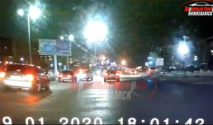 В Нижнекамске иномарка протаранила машину и врезалась в опору светофора