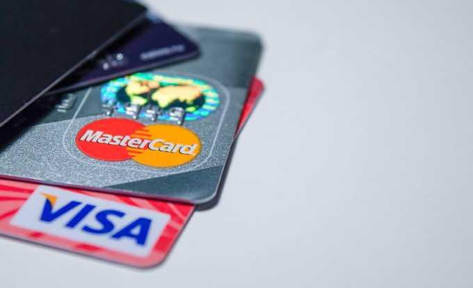 Пожилым людям не стоит хранить пенсию на банковской карте