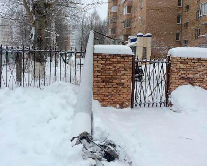 В Нижнекамске упал столб уличного освещения