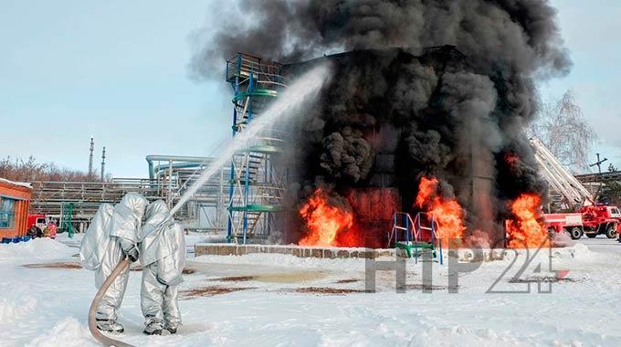 Меньше часа понадобилось нижнекамским огнеборцам, чтобы потушить вспыхнувшую нефть