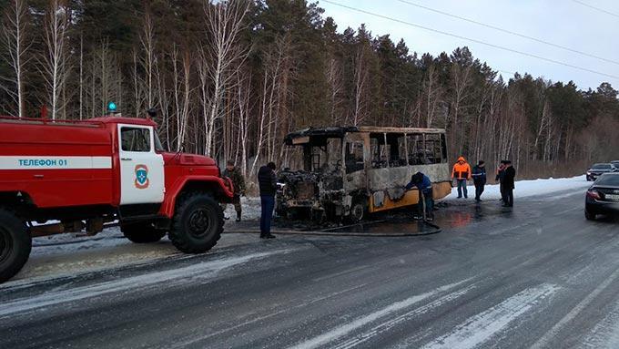 Школьный автобус сгорел дотла на трассе