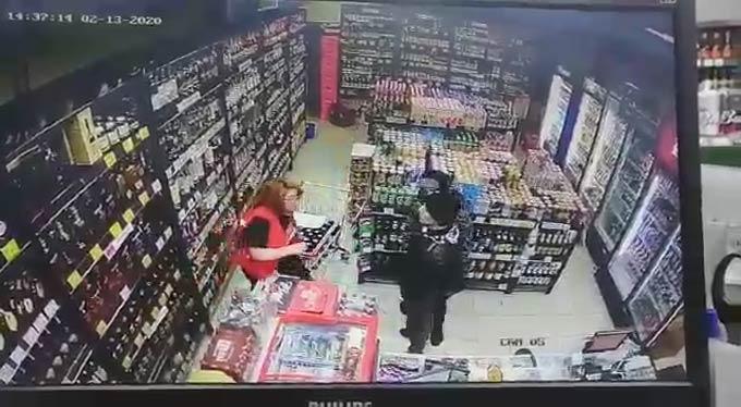 В Нижнекамске двое мужчин ограбили алкомаркет, попав на камеру видеонаблюдения