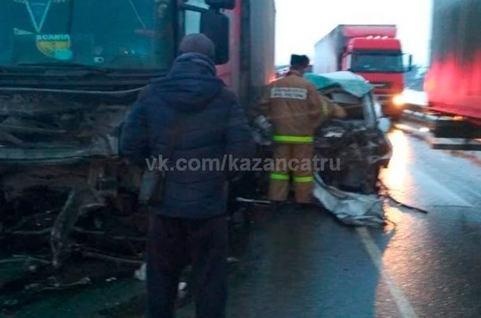 В Татарстане такси влетело в фуру, водитель и пассажирка погибли