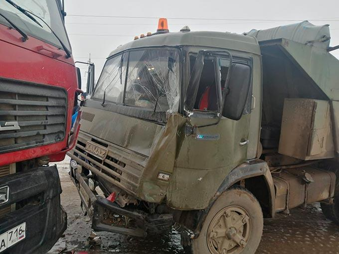 В Нижнекамске столкнулись два грузовика «КамАЗ», есть пострадавший