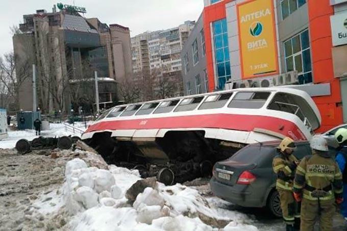 Камеры засняли, как трамвай слетел с рельсов и приземлился на машины
