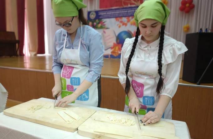 В Нижнекамске юные хозяйки посоревновались в нарезке лапши