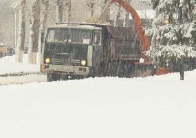 Нижнекамские коммунальщики бросили все силы на уборку снега и наледи
