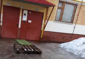 Жительница Нижнекамска жалуется на скопление воды возле подъезда