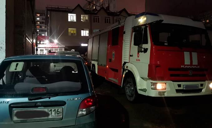На пожаре в Татарстане из задымлённого подъезда эвакуировали трёх человек