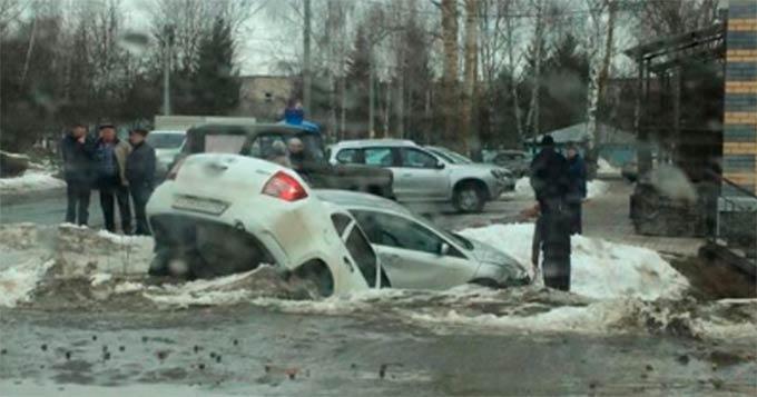 В Татарстане две легковушки столкнулись и вылетели в кювет