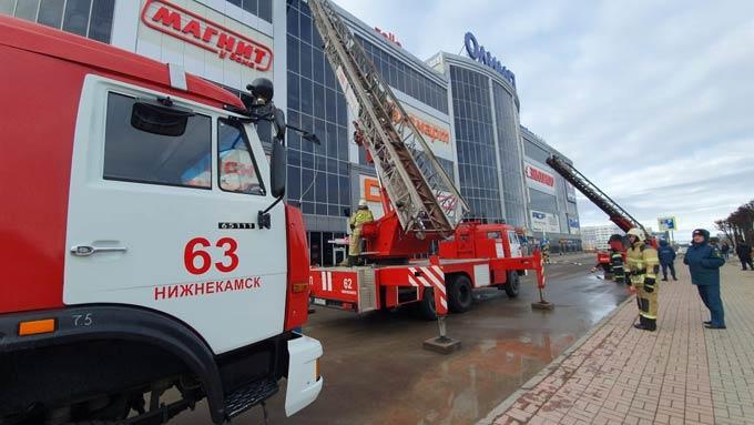Нижнекамские пожарные отрабатывали спасения людей при пожаре в батутном центре