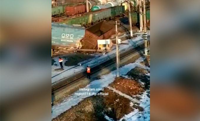 Очевидцы сняли на видео сошедший с рельсов поезд в Татарстане