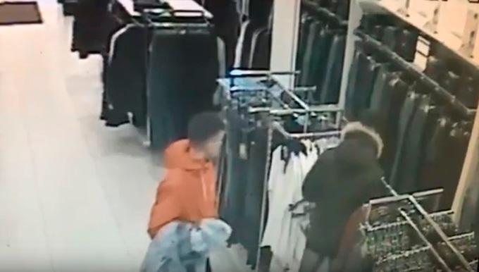 В Нижнекамске разыскивают подозреваемых в краже одежды
