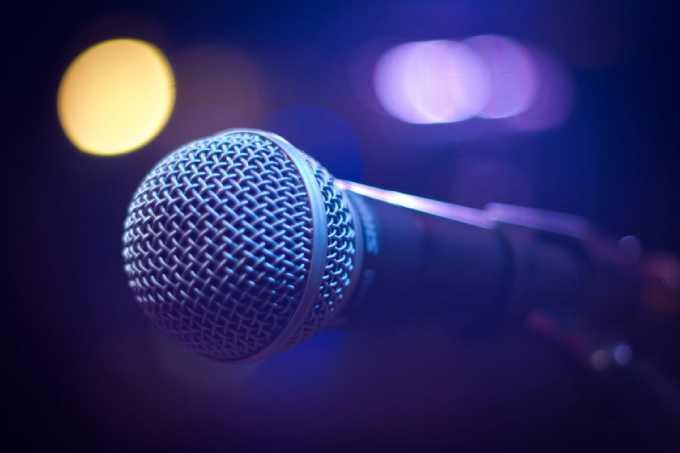 Женщины не поделили микрофон в караоке и устроили драку 8 марта