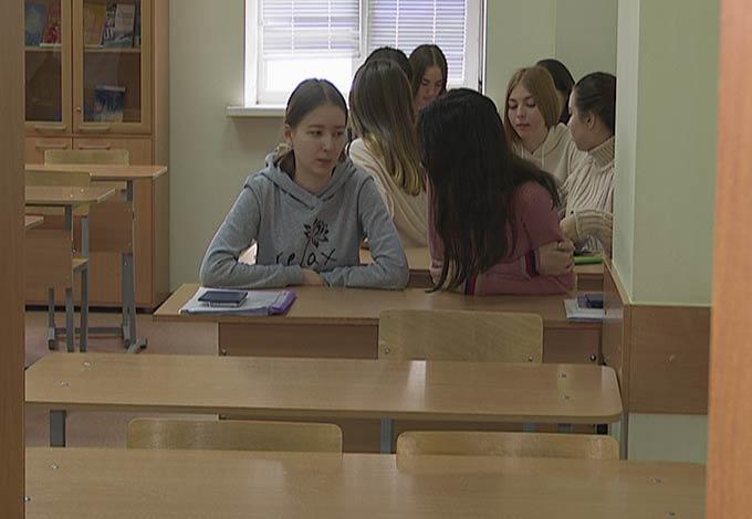 В Нижнекамске студенты придумали новые ритуалы приветствия, чтобы не заразиться