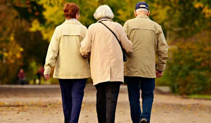 Роспотребнадзор посоветовал пожилым людям реже выходить из дома
