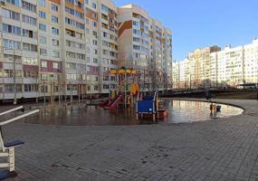 «Суровый нижнекамский аквапарк»: горожане высмеяли затопленную детскую площадку