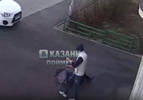 В Казани неизвестный напал на бабушку и украл у неё тележку с продуктами