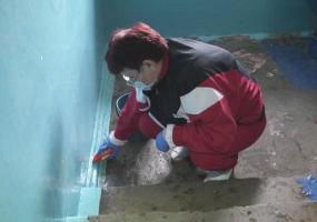 Нижнекамцы помогают дворникам обработать подъезды хлоркой