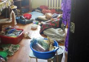 В Нижнекамске женщина, брошенная родными, спит на полу и не моется