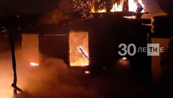 В Татарстане сгорел дом, два сарая и баня, погиб мужчина